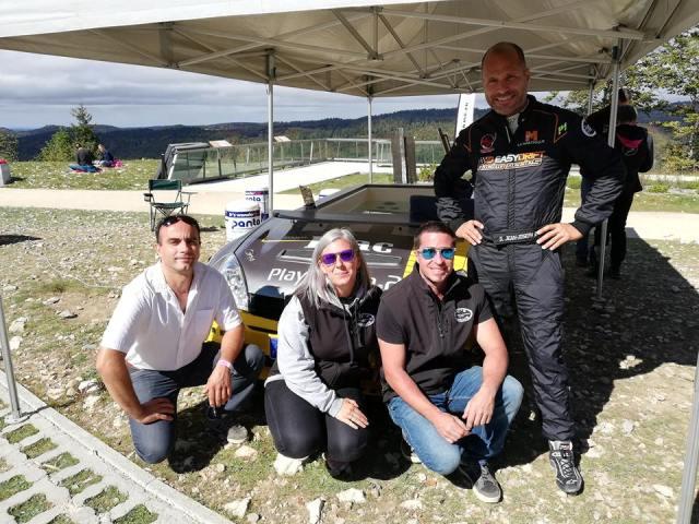 l'équipe jc's garage qui pose avec mr simon jean joseph devant la clio s1600 jacuzzi
